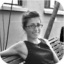 Cécile Tasquer assise sur un banc