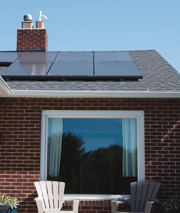 maison avec des panneaux solaires